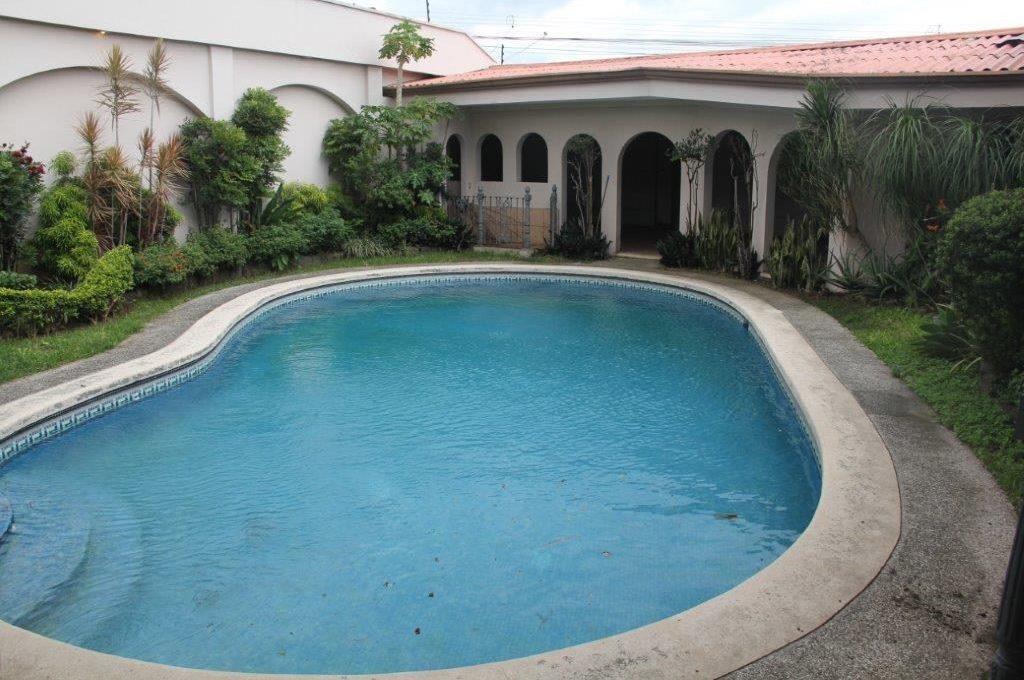 casa-independiente-rohrmoser-con-piscina-3
